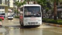 KALDIRIMLAR - Manavgat'ta Patlayan Boru Caddeyi Sular Altında, Vatandaşı Susuz Bıraktı