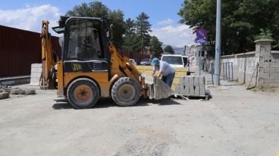 Erzincan Belediyesi Karaağaç Kur'an Kursu'nun Çevre Düzenlemesini Yapıyor