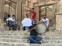 'Çılgın Berberden' Mardin manzaralı tıraş