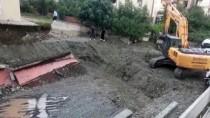 SU ŞEBEKESİ - Kocaeli'de Temel Kazısında Yol Çöktü