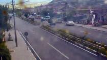 Erzincan'da Otomobil Otobüs Durağına Çarptı Açıklaması 2 Yaralı