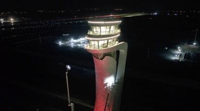 3. Havalimanı Kulesi Türk Bayrağı Renklerine Büründü