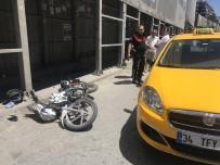 TARLABAŞı - (Özel) Taksicinin Sıkıştırdığı Motosiklet Sürücüsü İskeleye Çarpıp Yaralandı