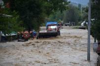 Evleri Su Bastı, Araçlar Yolda Kaldı