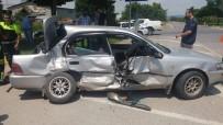 AKMEŞE - Otomobil İle Kamyonet Çarpıştı Açıklaması 1'İ Çocuk 5 Kişi Yaralandı