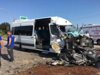 Servis Minibüsü Tırla Çarpıştı Açıklaması 2 Yaralı