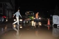 SEL BASKINLARI - Yarım Saatlik Yağmur Kocaeli Caddelerini Dereye Çevirdi