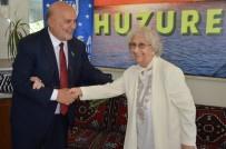 AİLE YAPISI - Yelis, Huzurevini Ziyaret Ederek Yaşlılara Gül Dağıttı