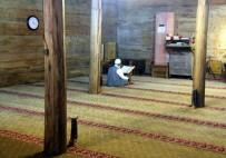 DEPREM BÖLGESİ - Çivisiz Cami yıllara meydan okuyor