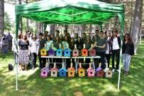BAHÇEŞEHIR - Lise Öğrencilerinin Hazırladığı 22 Ahşap Kuş Yuvası Parktaki Ağaçlara Asıldı