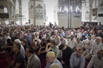 YERLİ TURİST - Ramazan'ın Son Cumasında Ulucami Doldu Taştı