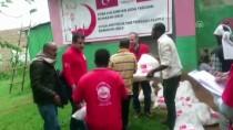 GIDA SIKINTISI - Türk Kızılayı yöneticisi Etiyopya'da ayakkabısını da bağışladı