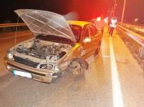 MUSTAFA KILIÇARSLAN - Otomobil Bariyerlere Çarptı