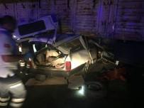 Otomobil Saman Yüklü Tırın Altına Girdi Açıklaması 2 Ağır Yaralı