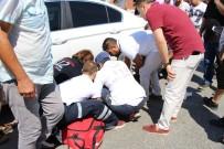İBRAHİM SÖZEN - Motosiklet Park Halindeki Otomobilin Altına Girdi Açıklaması 1 Yaralı