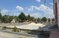 Sivrihisar Belediyesi Hasan Karacalar İlköğretim Okulu'nun Bahçesini Yenileniyor