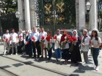 SOYKıRıM - Srebrenitsa Katliamında Hayatını Kaybedenler İçin Taksim'de 8 Bin 372 Karanfil Dağıttılar