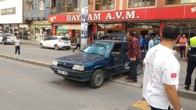 Ağrı'da Otobüsle Çarpışan Otomobil Refüje Çıktı