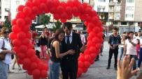 Doğum Günü Hediyesi Meydanda Evlilik Teklifi