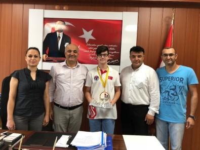 Kaymakam Eskioğlu, Şampiyon Öğrenciyi Ödüllendirdi