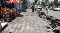 KALDIRIM ÇALIŞMASI - Kars Belediyesi Kazımpaşa Caddesi'nin Kaldırımlarını Yeniliyor