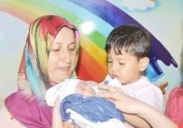 İŞ MAKİNESİ - Parmak Bebek Miraç Ağabeyine Kavuştu