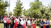 MURTAZA DAYANÇ - Eruhlu Vatandaşlardan Türk Bayraklarıyla Şehitlik Anıtı'na Ziyaret
