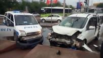 TİCARİ ARAÇ - Kocaeli'de 3 Araç Kavşakta Çarpıştı Açıklaması 3 Yaralı