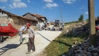 KÖY MUHTARI - Köylerine İmece Usulü Taş Döşediler