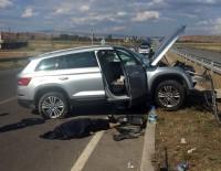 Otomobil Bariyerlere Çarptı Açıklaması 1 Ölü, 2 Yaralı