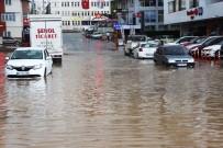 Trabzon'da Aşırı Yağış Rögarları Taşırdı