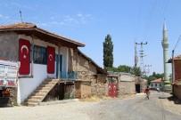 Bu Köye Gelenleri Kapı Ve Duvarlarda Türk Bayrakları Karşılıyor
