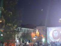 Hilal İle Ay Gökyüzünde Türk Bayrağını Simgeledi