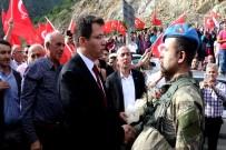 Kahraman Askerler Güllerle, Dualarla Karşılandı
