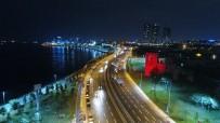 İstanbul'un Surları Kırmızı Beyaza Büründü