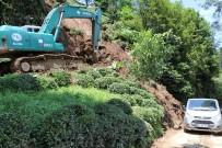PEKMEZLI - Rize'de Sel Köy Yolunu Ulaşıma Kapattı