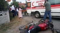 MOTOSİKLET SÜRÜCÜSÜ - Sakarya'da Motosiklet İle Otomobil Çarpıştı Açıklaması 2 Yaralı