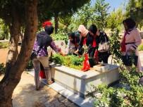 GENÇLİK MECLİSİ - Kent Konseyi Üyeleri Şehit Mezarlarına Karanfil Bıraktılar