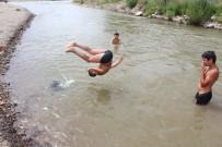 HAVA SICAKLIĞI - Tehlikeye Aldırış Etmeden Nehirde Yüzüyorlar