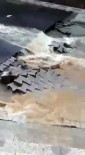 SAĞANAK YAĞIŞ - Çengelköy'de Yağış Nedeniyle Yol Çöktü, Kaldırım Taşları Söküldü