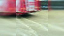 SAĞANAK YAĞIŞ - Çengelköy'de Yollar Nehre Döndü