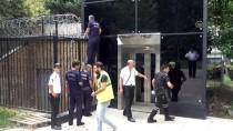 TAKSIM MEYDANı - Taksim Metrosu Asansöründe Mahsur Kalan Kedi Kurtarıldı