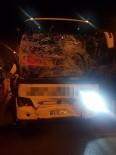 KURUYEMİŞ - Yolcu Otobüsü İle Midibüs Çarpıştı Açıklaması 2 Yaralı