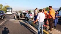 BELEDİYE İŞÇİSİ - Aydın'da Otomobil Çöp Kamyonuna Çarptı Açıklaması 3 Yaralı