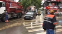 ŞİDDETLİ YAĞIŞ - Çengelköy'de Şiddetli Yağış Etkili Oldu, Yolları Su Bastı
