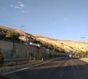 GÜVENLİK ÖNLEMİ - Freni Patlayan Kamyon İstinat Duvarında Asılı Kaldı