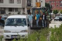 Suda Mahsur Kalan Minibüse İlginç Kurtarma