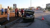 NUMUNE HASTANESİ - Sivas'ta Hasta Taşıyan Ambulansla Otomobil Çarpıştı Açıklaması 2 Yaralı