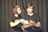 OYUNCULUK - Hiçbir Destek Almadan Tiyatro Sergileyen Gençlerin Azmi