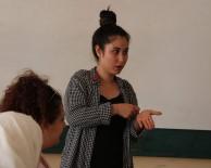 KONUŞMA BOZUKLUĞU - Yaşayarak Öğrendiği İşaret Dili Mesleği Oldu